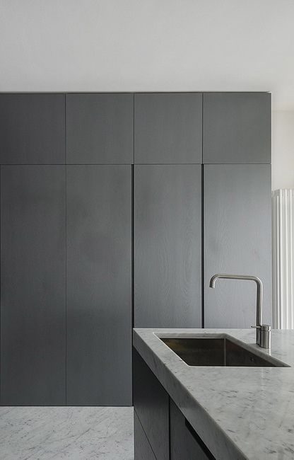 Less is More Interieur - black kitchen & marble