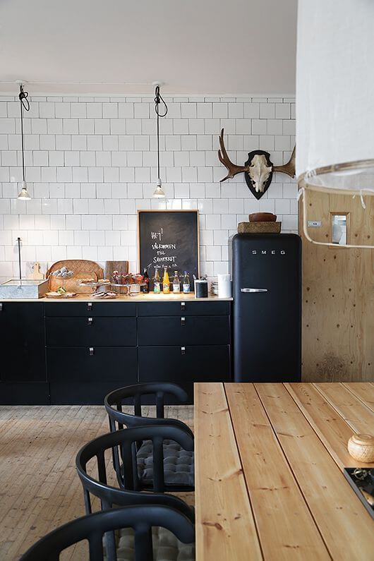 Less is More Interieur - black and wood kitchen
