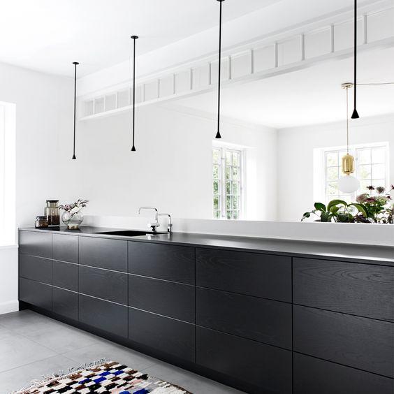 Less is More Interieur - black and concrete kitchen