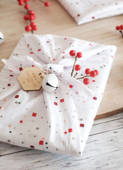 astuces fêtes simples emballe cadeau furoshiki
